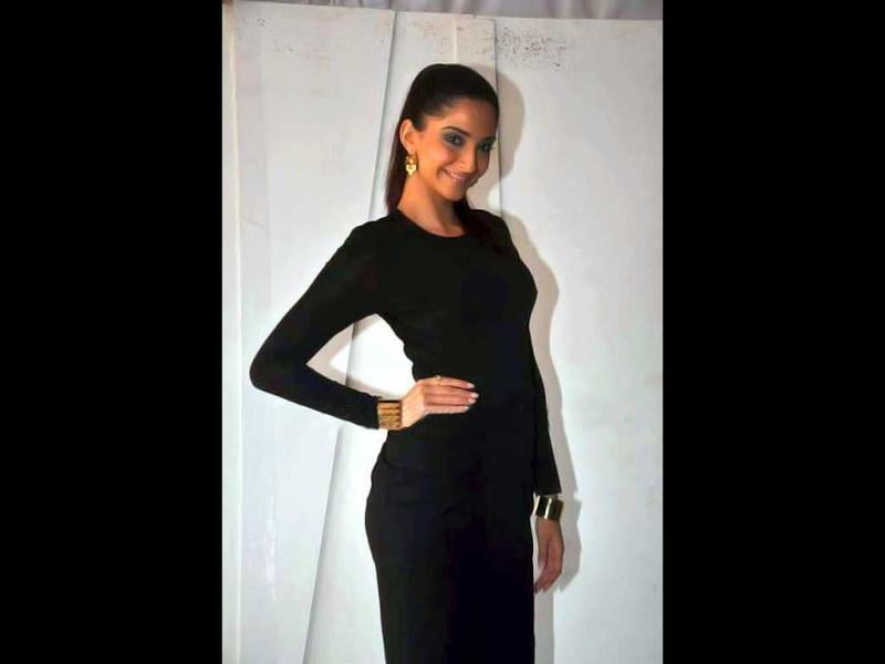 Sonam Kapoor and Neil Nitin Mukesh promoted their forthcoming film Players on the sets of Bigg Boss 5 Aapka Farman. Sonam looked stylish, as is her wont. Take a look!