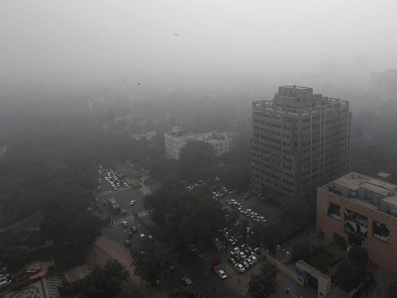 A view of Connaught Place in New Delhi amidst dense fog. HT Photo/Raj K Raj