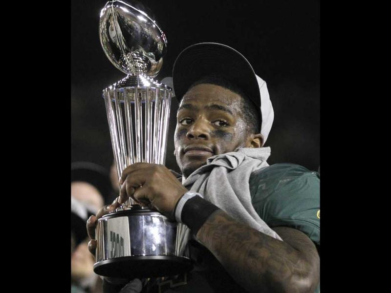 Oregon Ducks quarterback Darron Thomas holds the Rose Bowl Trophy after defeating the Wisconsin Badgers to win the 98th Rose Bowl Game in Pasadena, California. Reuters