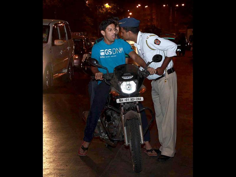 Traffic Police check citizens for drunk driving at Byculla in Mumbai. HT photo/Hemant Padalkar