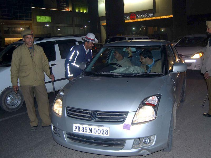 The traffic police of Gurgaon held up 135 commuters including a woman for driving drunk. HT Photo/Manoj Kumar