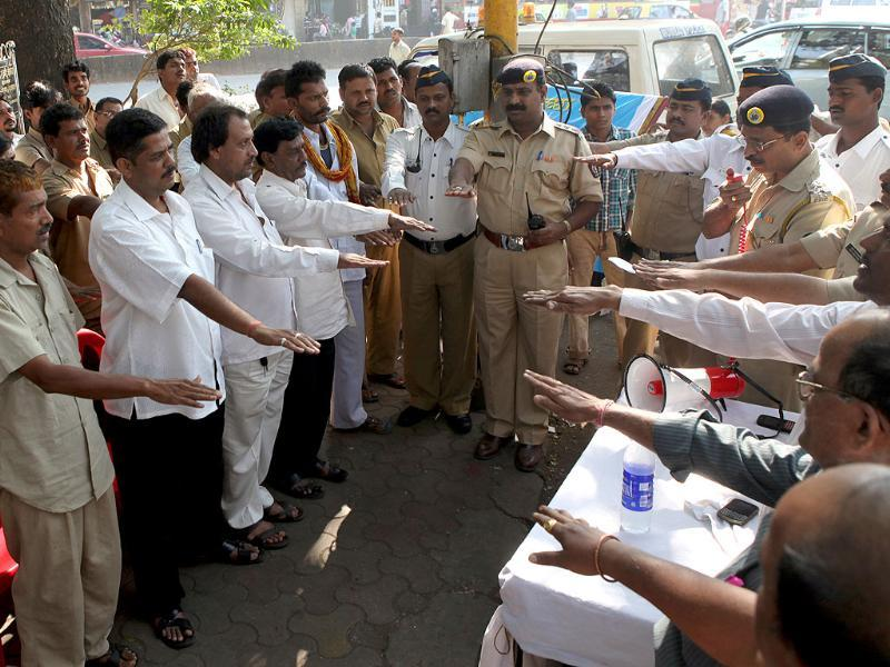 Traffic police officials deliver a pledge to taxi drivers, to ensure better road driving skills as a part of the road safety week in Mumbai Central. HT Photo/Kunal Patil