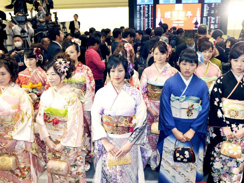 Kimono-clad Tokyo Stock Exchange (TSE) workers attend the opening ceremony of the first trading day at the TSE in Tokyo. (AFP Photo)