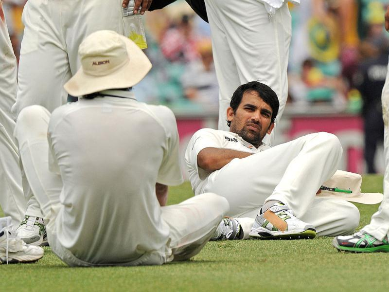 Zaheer Khan (C) relaxes with teammates during a drinks break on day two of the second cricket Test against Australia at the Sydney Cricket Ground. (AFP Photo)