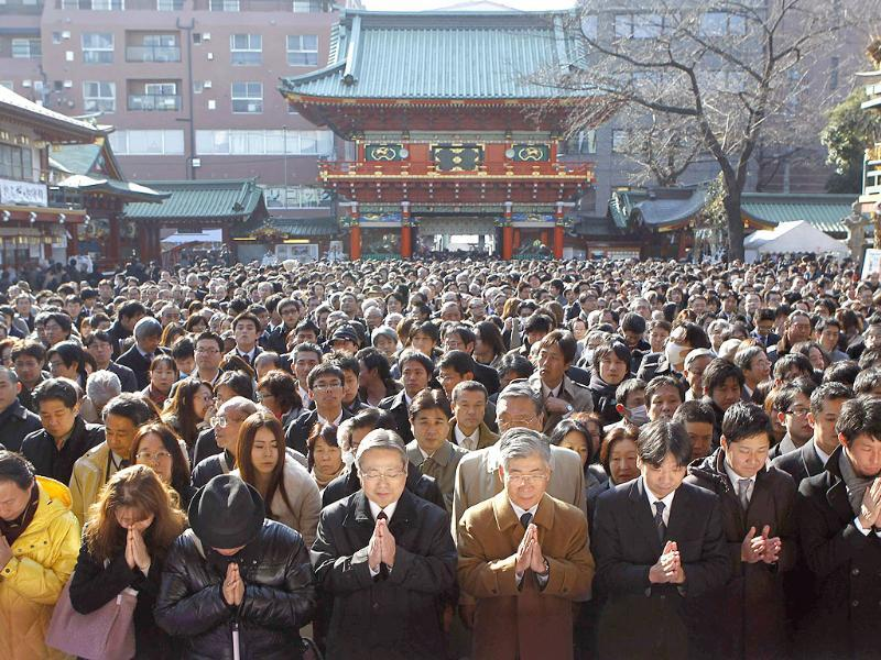 People offer prayers at the start of the new business year at Kanda Myojin Shrine, which is known for being frequented by worshippers seeking good luck and prosperous businesses, in Tokyo. (Reuters/Kim Kyung-Hoon)