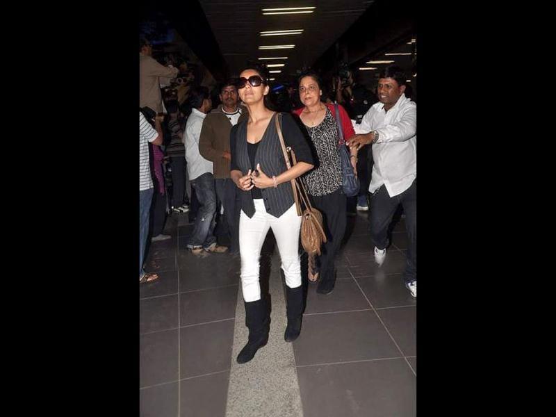 Guari Khan and Shah Rukh's sister at the airport.