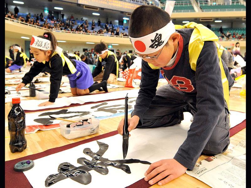 Contestents write calligraphy during the 48th annual New Year calligraphy contest in Tokyo. (AFP photo/ Kazuhiro Nogi)