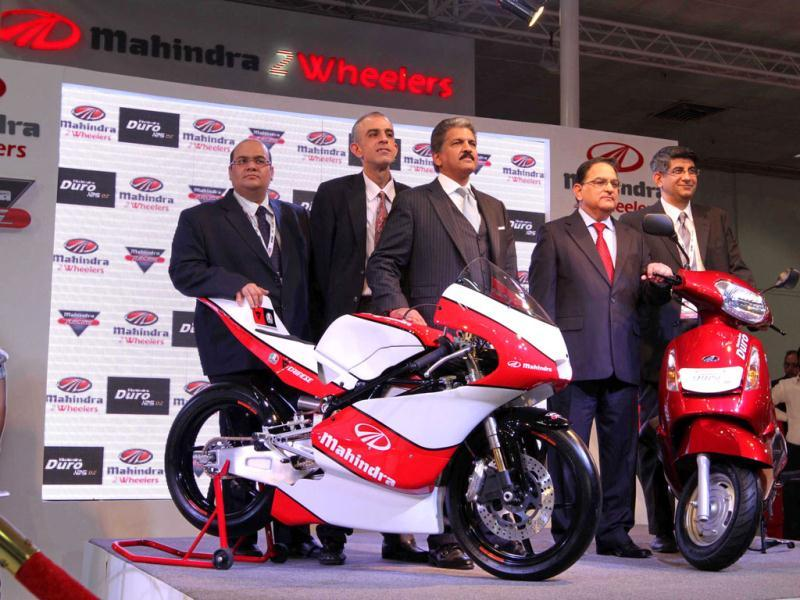 Aanand Mahindra, vice chairman and MD of Mahindra group, launched Duro two wheeler and bike at Auto Expo ,Pragati Maidan in New Delhi on Friday. Arvind Yadav /HT Photo