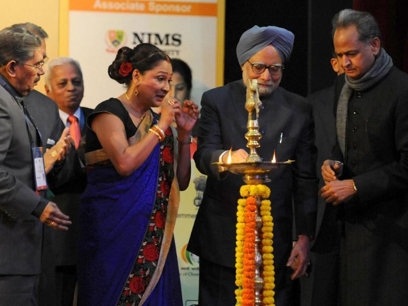 Prime Minister of Trinidad and Tobago, Kamala Persad Bissessar (2L) watches as Prime Minister Manmohan Singh (C) lights an oil lamp during the opening ceremony of the tenth Pravasi Bharatiya Divas 2012 (Overseas Indian Conference) in Jaipur. (AFP Photo/Raveendran)