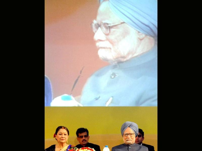 Prime Minister of Trinidad and Tobago Kamala Persad Bissessar (L) and Prime Minister Manmohan Singh sit during the opening ceremony of the tenth Pravasi Bharatiya Divas 2012 in Jaipur. (AFP Photo/Raveendran)