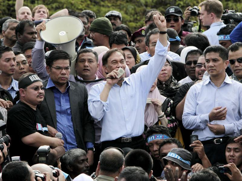 Malaysian opposition leader Anwar Ibrahim (c) addresses supporters after coming out from the high court where he heard the verdict of his sodomy trial in Kuala Lumpur, Malaysia. (AP Photo/Mark Baker)