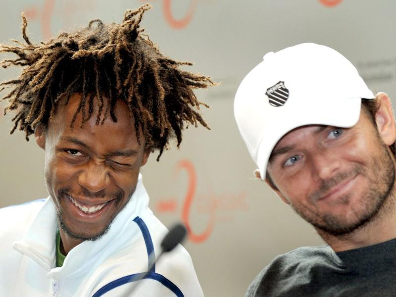 Tennis players Gael Monfils of France (L) and Mardy Fish of the US (R) enjoy a lighter moment during a press conference for the upcoming Kooyong Classic, in Melbourne. (AFP Photo/William West)