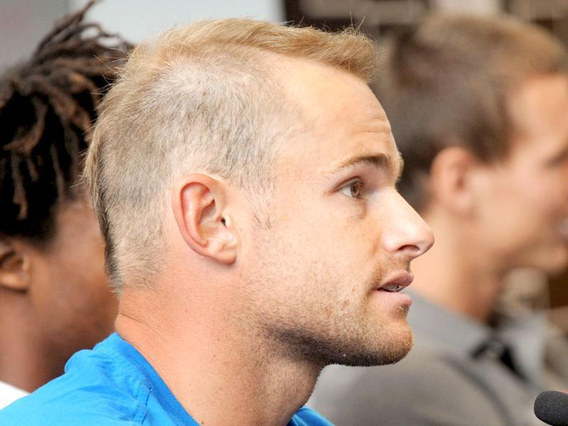 Tennis player Andy Roddick of the US shows off his new hairstyle during a press conference for the upcoming Kooyong Classic, in Melbourne. (AFP Photo/William West)