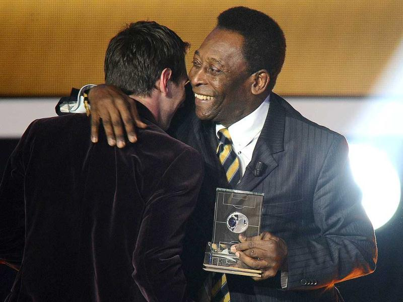 Barcelona's Argentinian forward Lionel Messi (L) receives from Brazilian football legend Pele the FIFA/FIFPro World XI award at the Kongresshaus in Zurich during the FIFA Ballon d'Or event. AFP PHOTO /FABRICE COFFRINI