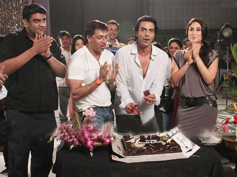 Arjun Rampal celebrates his birthday with director Madhur Bhandarkar and co-actor Kareena Kapoor on the sets of Heroine.