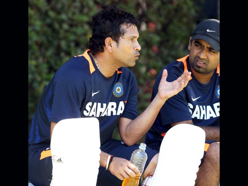 Sachin Tendulkar (L) having a discussion during a break in practice for the third cricket test match against Australia in the Border-Gavaskar Trophy Series at the WACA ground in Perth. (AFP Photo)