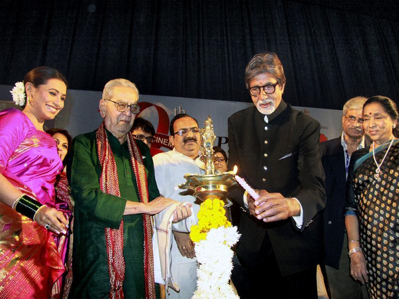 Amitabh Bachchan lighted the lamp with Asha Bhosale, Shreeram Lagoo and Rani Mukherjee.