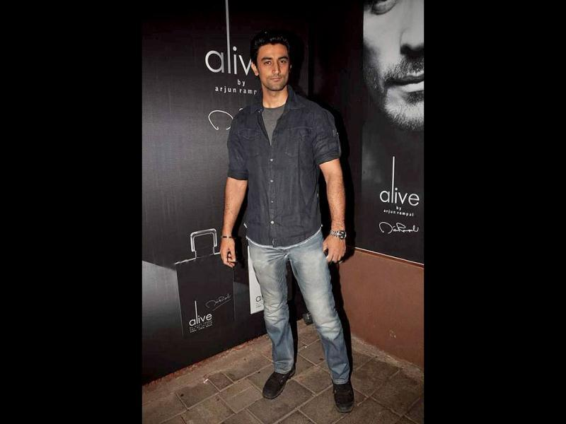 Kunal Kapoor poses for shutterbugs.