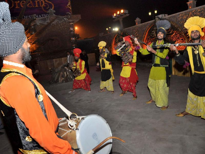 Performers dance on dhol beats during Lohri celebrations at Kingdom of Dreams in Gurgaon. HT photo
