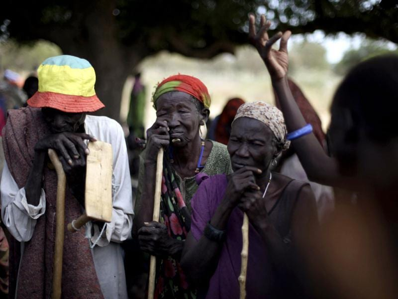 South Sudanese who fled the recent ethnic violence listen as a woman describes the attacks, in Gumuruk, Jonglei State. (Reuters)