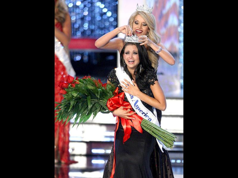 Miss Wisconsin Laura Kaeppeler is crowned by Miss America 2011 Teresa Scanlan after being named Miss America 2012 during the 2012 Miss America Pageant in Las Vegas, Nevada. Reuters