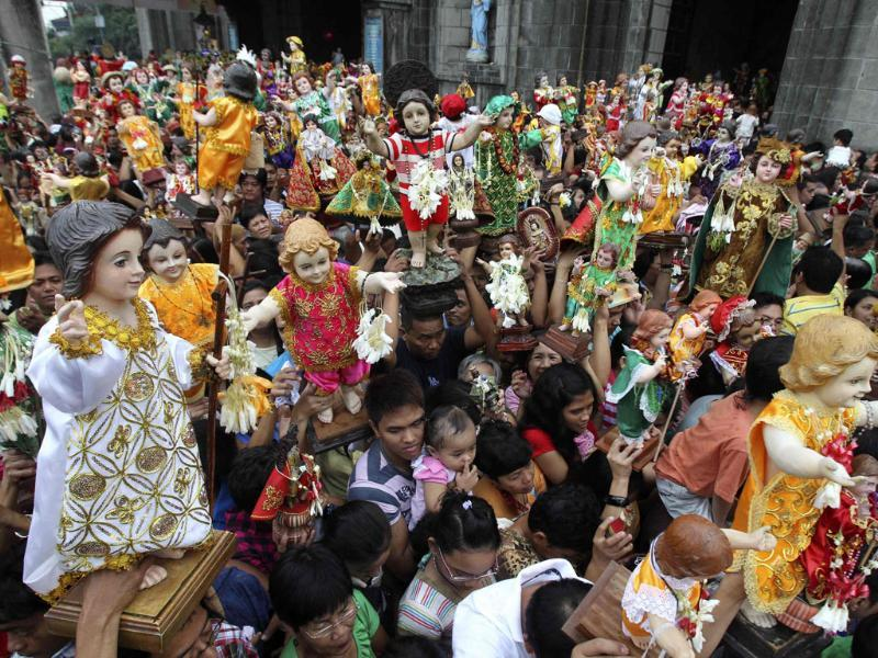 Devotees raise the statue of infant Jesus as they celebrate the feast of Sto Nino in Moriones, Tondo, metro Manila.  Reuters photo/Romeo Ranoco