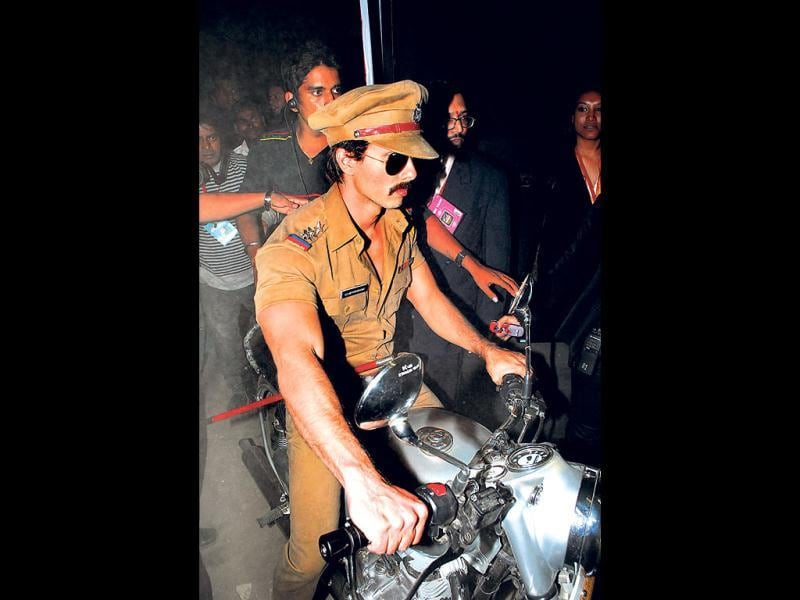 Shahid Kapoor makes a grand entry as a cop on a bike. (HT Photo: Prodip Guha)