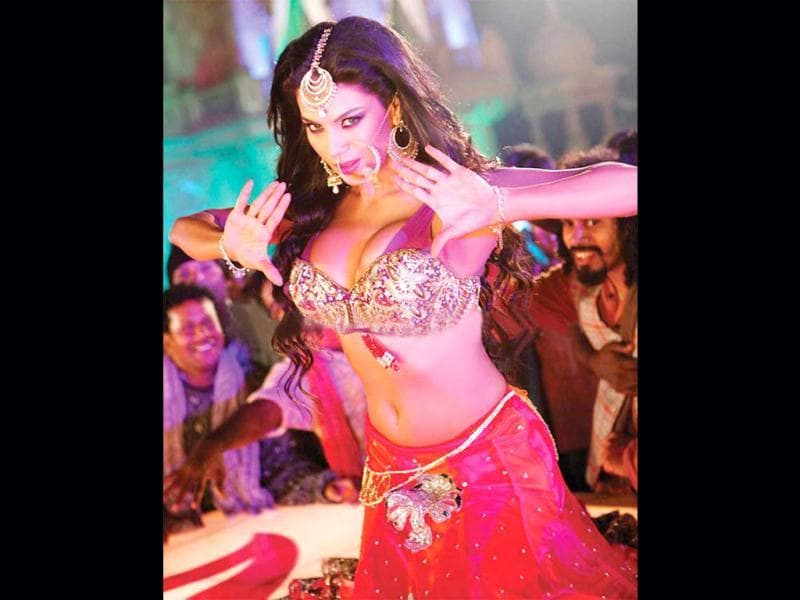 After refusing several dance numbers in Bollywood, this particular song caught Veena Malik's fancy the moment she was offered to feature in it.