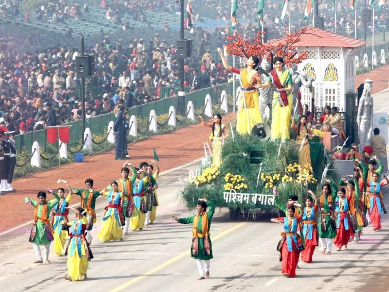 The tableau of West Bengal passes before the saluting base during the Republic Day rehearsal on Rajpath in New Delhi. (HT Photo/Mohd Zakir)