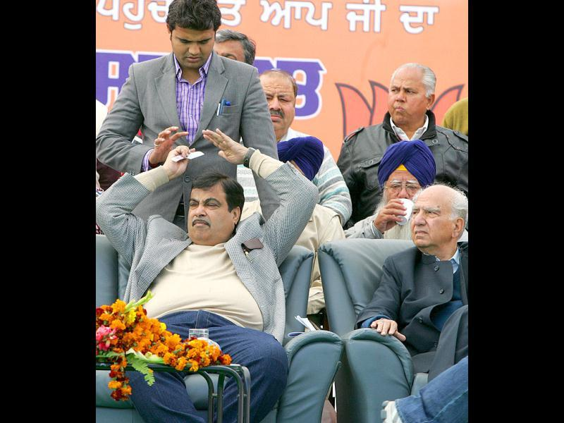 BJP president Nitin Gadkari combs his hair just before his speech in Nangal, Punjab. (HT Photo/Keshav Singh)