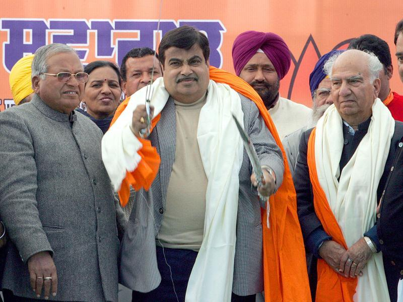 Anandpur Sahib candidate Madan Mohan Mittal, national president BJP, Nitin Gadkari and Punjab affairs incharge Shanta Kumar, during a rally at Nagal Punjab.(HT Photo/Keshav Singh)