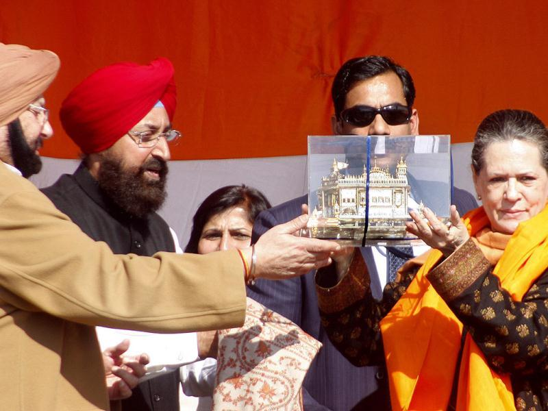 PPCC chief captain Amarinder Singh along with MP Partap Singh Bajwa presents a memento of the Golden Temple to UPA chairperson Sonia Gandhi during Congress's election rally in Gurdaspur, Punjab. (HT Photo/Munish Byala)