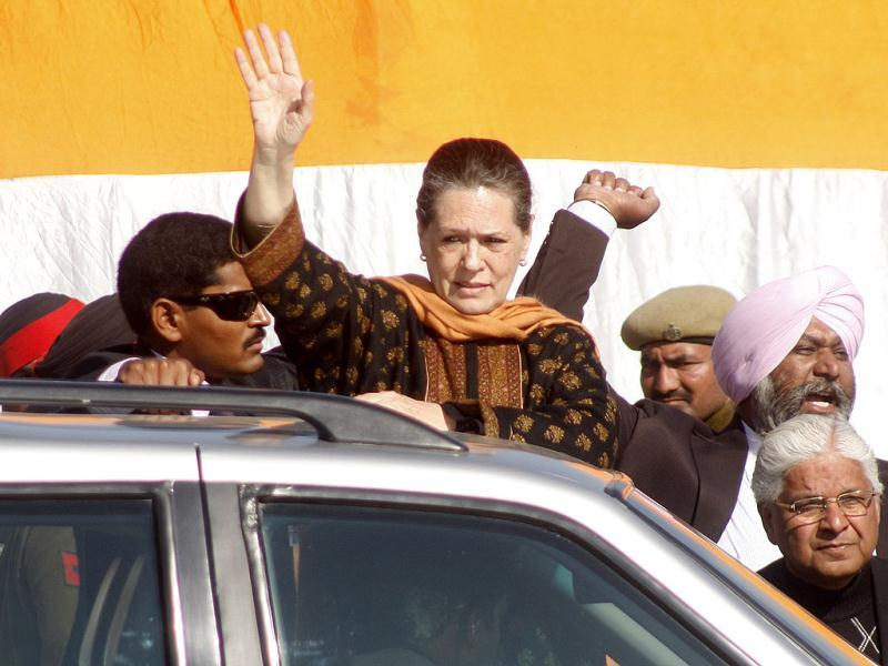 UPA chairperson Sonia Gandhi wavess to Congress supporters during an election rally in Gurdaspur, Punjab on Tuesday. (HT Photo/Munish Byala)