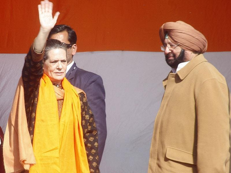 UPA chairperson Sonia Gandhi greets Congress supporters during an election rally, while Punjab Congress chief, captain Amarinder Singh, looks on, in Gurdaspur, Punjab. (HT Photo/Munish Byala)