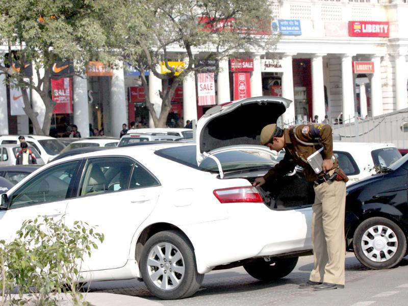 A Delhi cop checks the boot of a car ahead of Republic Day celebrations in New Delhi. HT Photo by Sushil Kumar