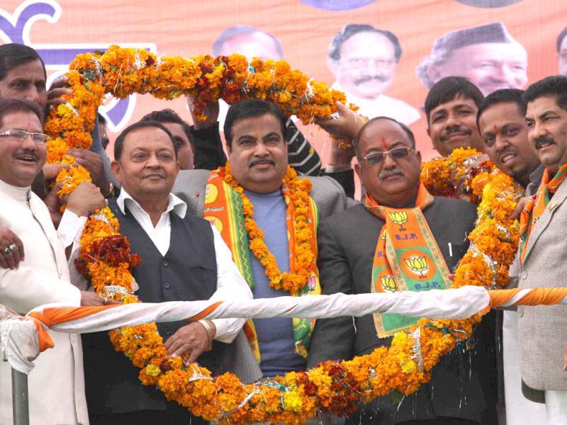 BJP national president Nitin Gadkari being welcomed by his party leaders in Ramnagar during an election rally. (HT Photo/Rishi Ballabh)