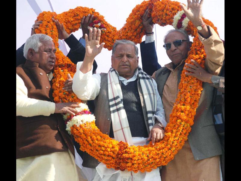 Samajwadi Party supremo Mulayam Singh Yadav being welcomed by party workers during an election campaign meeting in Faizabad.(Agencies)