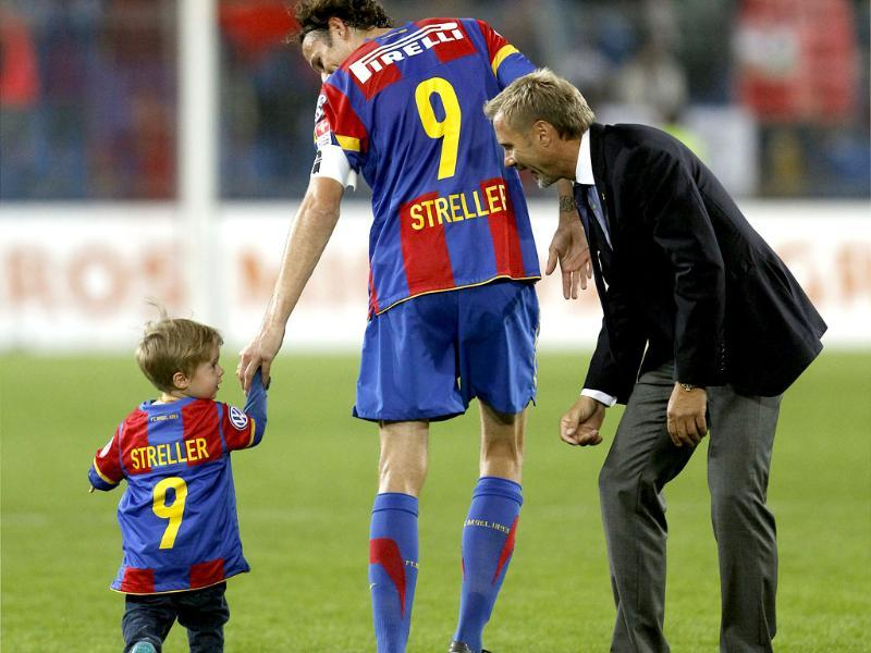 FC Basel's (FCB) coach Thorsten Fink (RtoL) talks to team captain Marco Streller and his son Sean (L) on the pitch after a Swiss Super League soccer match against Servette FC in Basel. (Reuters)