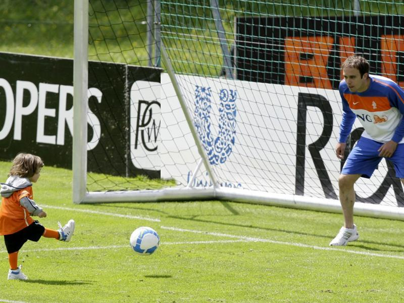 Netherlands' national soccer team player Joris Mathijsen and his son Jens-Joris play with a ball after a training session in Seefeld May 22, 2010. (Reuters)