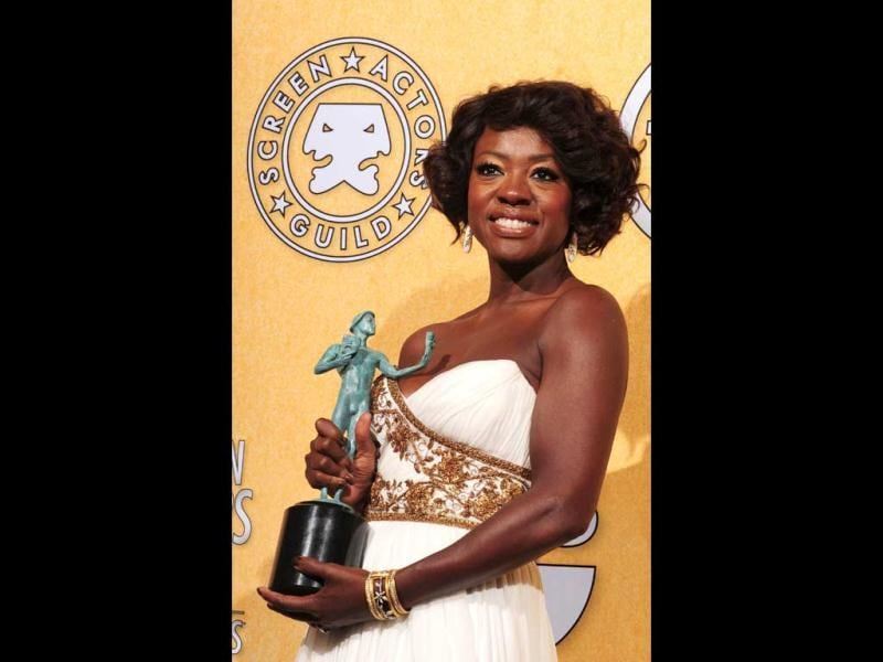 Viola Davis holds the award for Outstanding Performance By A Female Actor In A Leading Role for ''The Help'' in the press room at the 18th Annual Screen Actors Guild Awards at the Shrine Auditorium in Los Angeles, California. (AFP Photo)