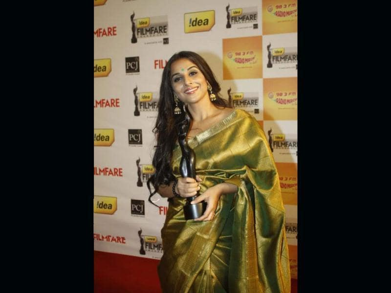 Vidya Balan looks cheerful as she holds her Filmfare awards trophy.