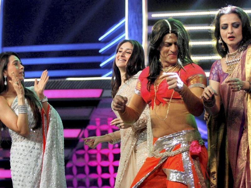 SRK, Rekha, Karisma and Kareena perform at Filmfare Awards.
