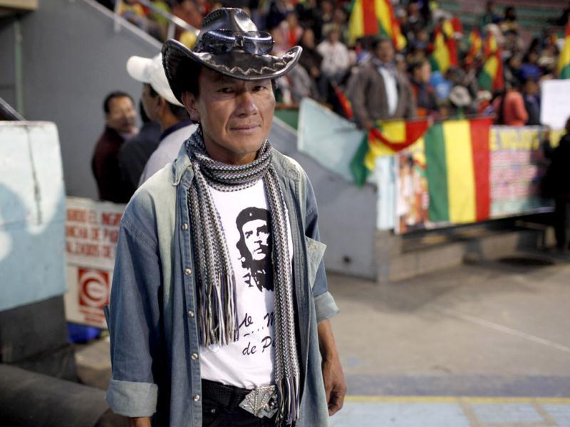 A member of a dissident indigenous group, wearing a T-shirt with an image of Argentinean born Cuban revolution leader Ernesto