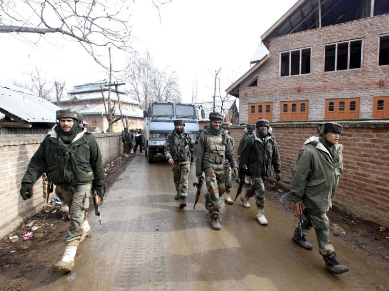 Army soldiers leave the site of a gunbattle in Woodder village, some 41 kilometers south of Srinagar. AP Photo