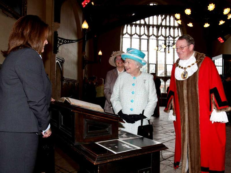 Britain's Queen Elizabeth II meets local dignatories during a vist to Kings Lynn Town Hall in Kings Lynn, Norfolk to start celebrations for her diamond jubliee 60 years to the day since she ascended to the throne. (AFP photo /Chris Radburn)