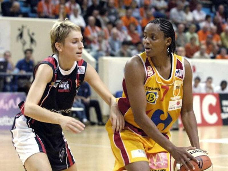 Edna Campbell (right): The former American basketball player was detected with breast cancer in 2001 but continued to live a normal life as much as possible during her treatment. She returned to play in 2002. (File photo: AFP/Stephane De Sakutin)