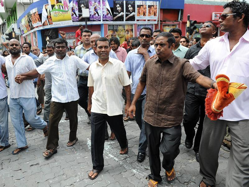 Former Maldives president Mohamed Nasheed (C) walks along a road after Friday prayers in Male. AFP photo