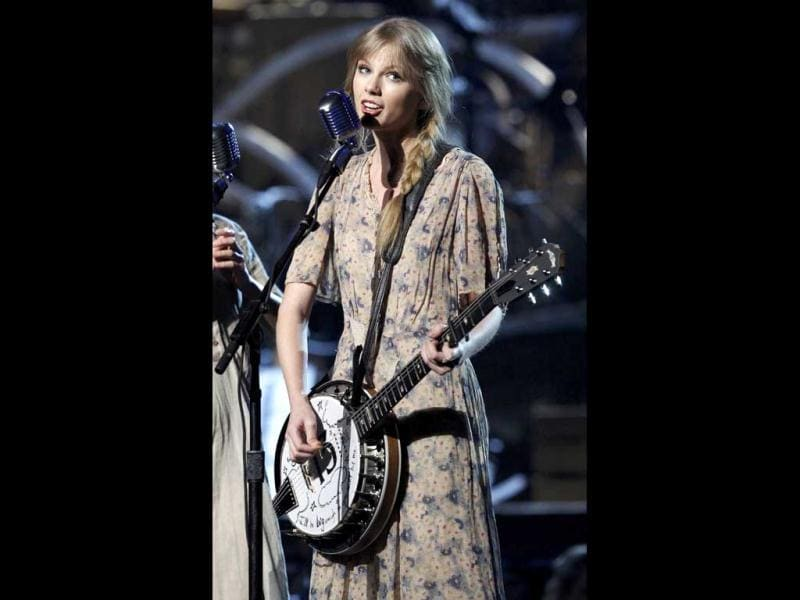 Taylor Swift performs Mean at the Grammy Awards.