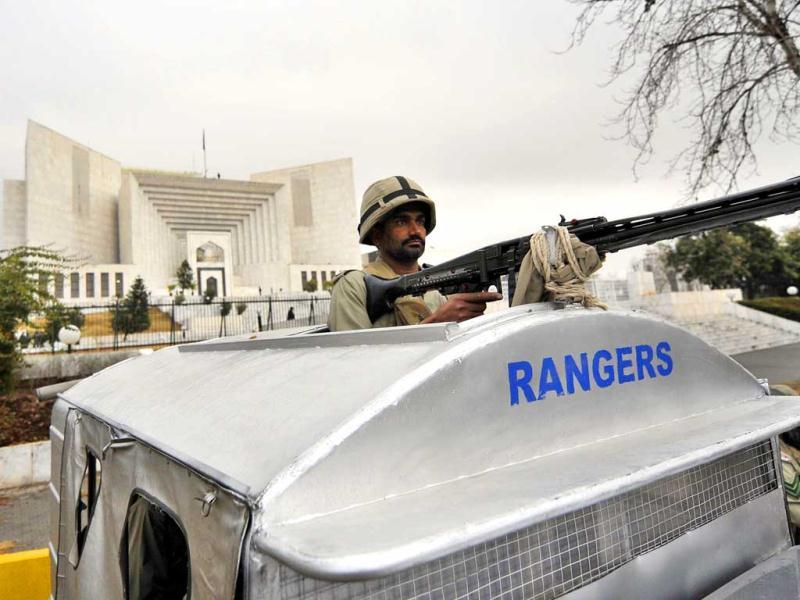 A Pakistani paramilitary soldier stands guard outside the Supreme Court building in Islamabad. Pakistani Prime Minister Yousuf Raza Gilani has been indicted for contempt in Supreme Court, for his refusal to re-open graft cases against President Asif Ali Zardari. (AFP Photo)