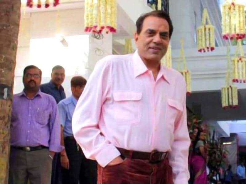 Dharmendra poses at the ceremony.
